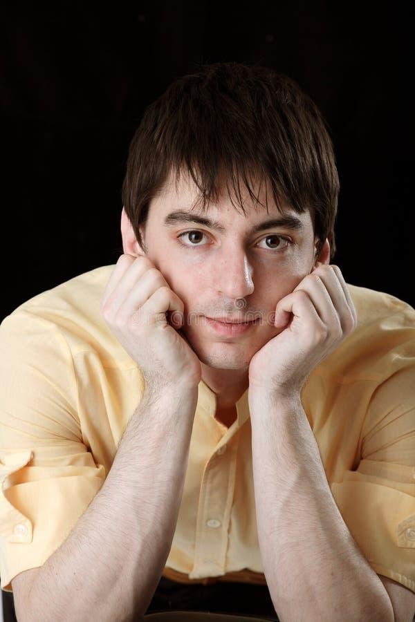 Jonge mens in geel overhemd royalty-vrije stock afbeeldingen