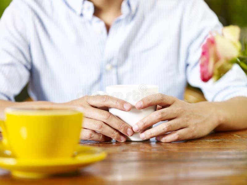 Jonge mens in gesprek in koffiewinkel of theehuis royalty-vrije stock afbeelding