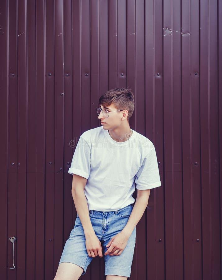 Jonge mens in glazen stock foto's