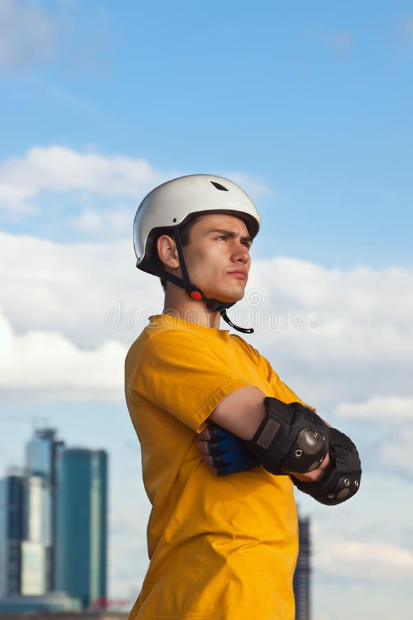 Jonge mens in helm en beschermend toestel royalty-vrije stock afbeelding