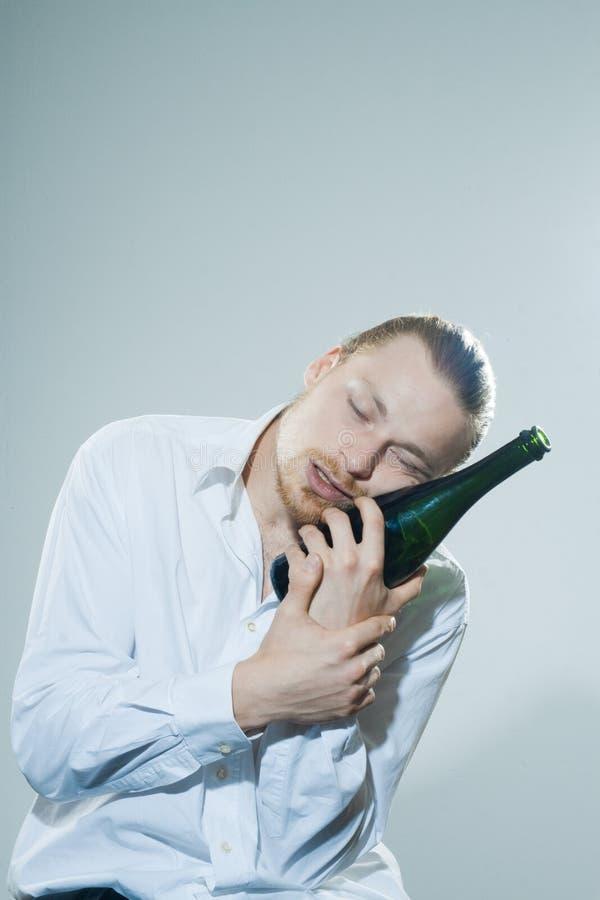 Jonge mens het drinken alkohol stock foto
