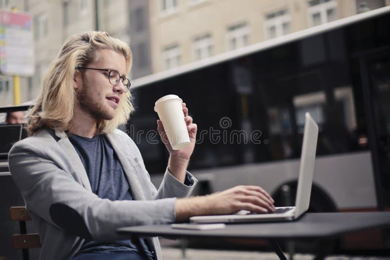 Jonge mens het drinken koffie royalty-vrije stock afbeelding