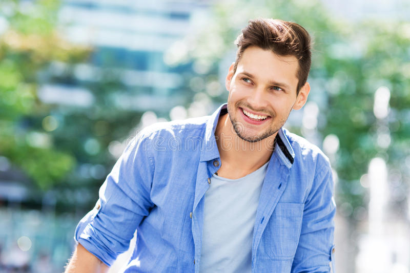 Jonge mens het glimlachen stock foto's