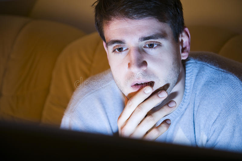 Jonge mens het letten op televisie royalty-vrije stock afbeeldingen