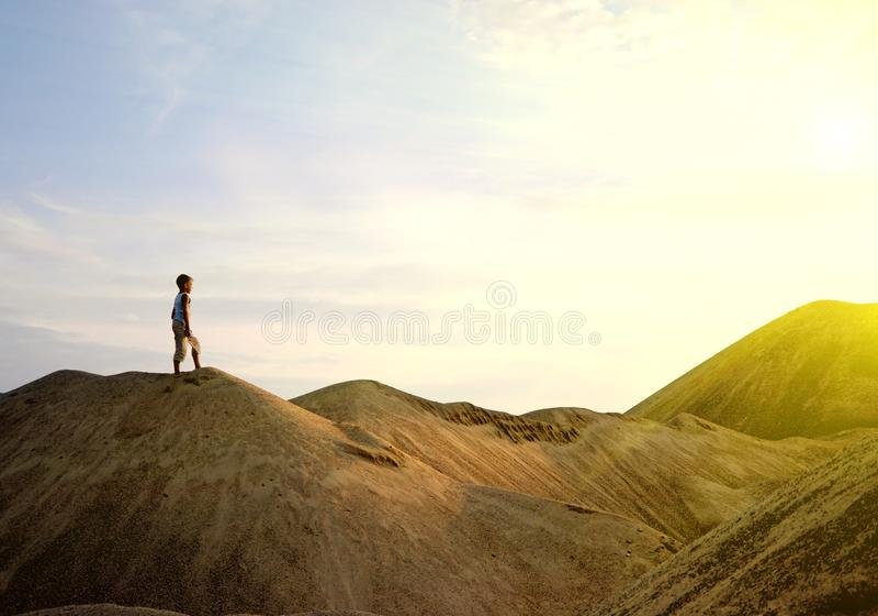 Jonge mens het lopen woestijnzonsopgang op berg royalty-vrije stock foto