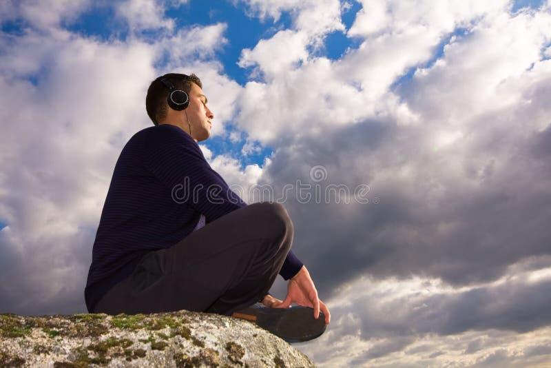 Jonge mens het luisteren muziek stock foto's