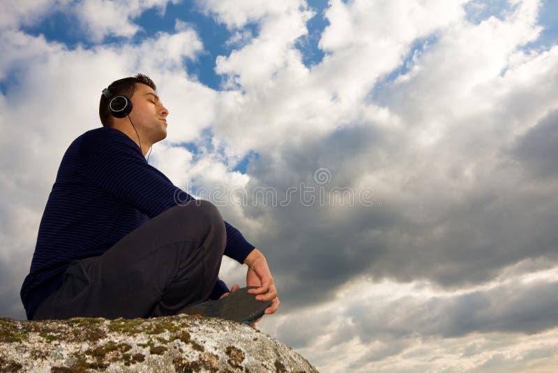 Jonge mens het luisteren muziek stock foto