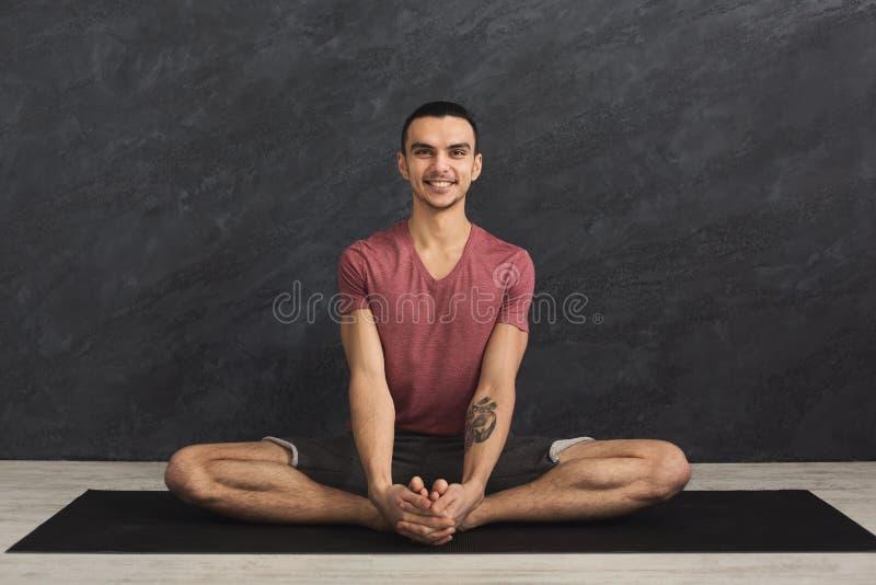 Jonge mens het praktizeren de yoga, ontspant meditatie stelt royalty-vrije stock fotografie