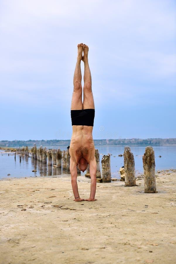 Jonge mens het praktizeren Yoga stock afbeeldingen