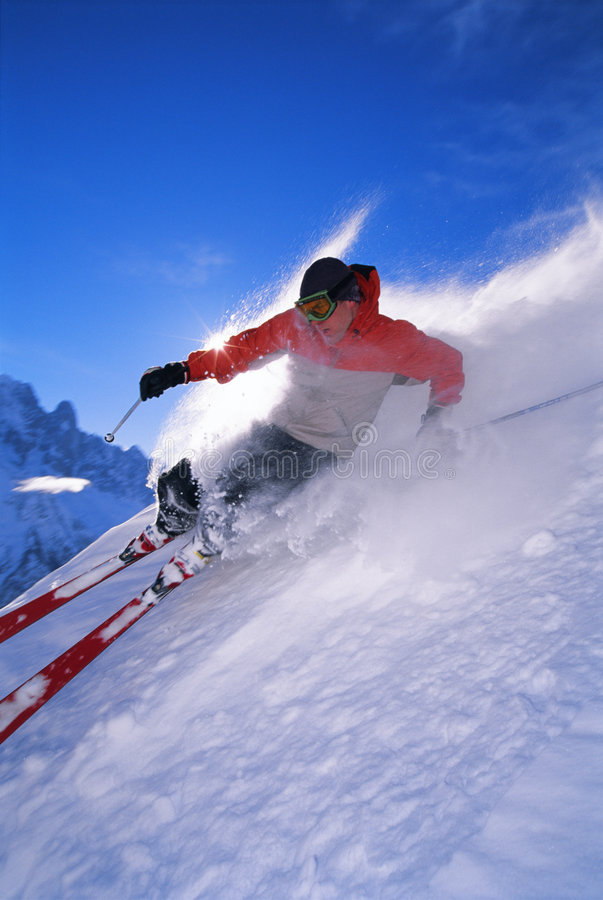 Jonge mens het skiån stock foto