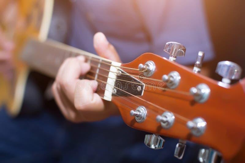 Jonge mens het spelen gitaar royalty-vrije stock foto
