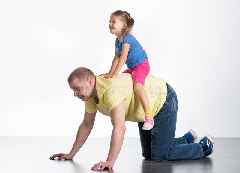 Jonge mens het spelen met baby stock afbeelding