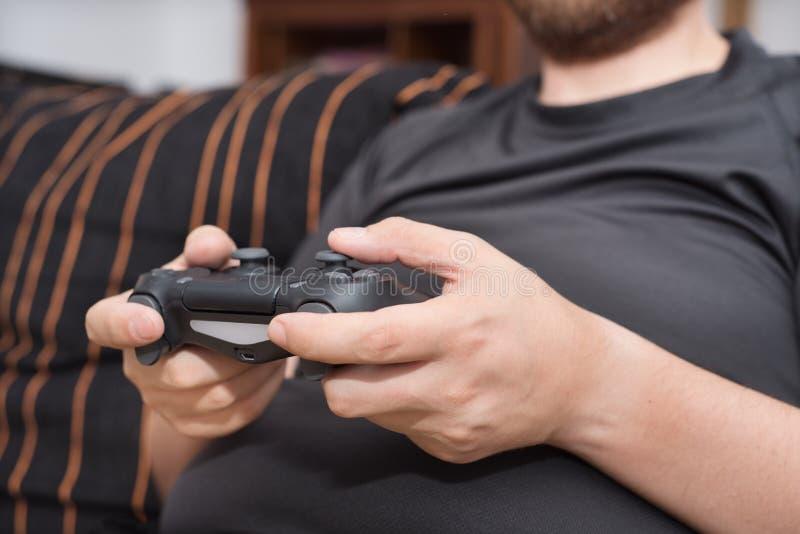 Jonge mens het spelen videospelletjes stock afbeelding