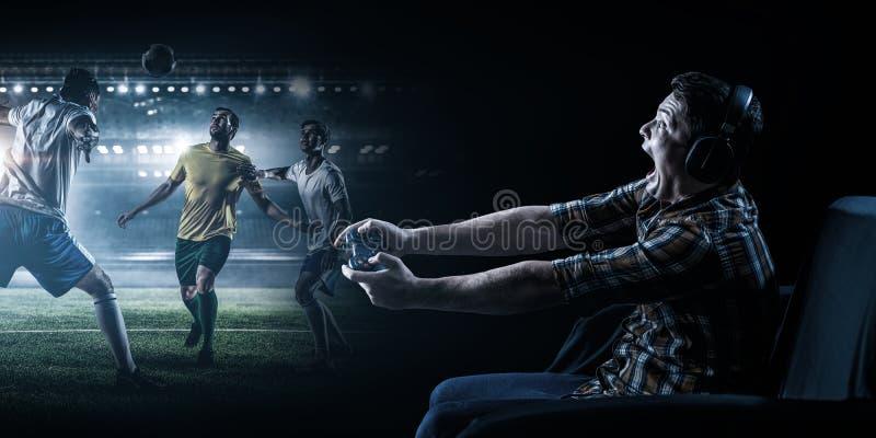 Jonge mens het spelen voetbalvideospelletje stock fotografie