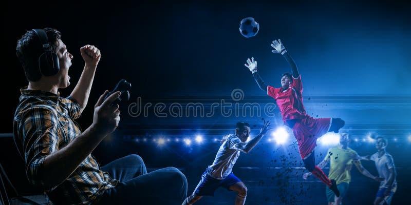 Jonge mens het spelen voetbalvideospelletje royalty-vrije stock foto