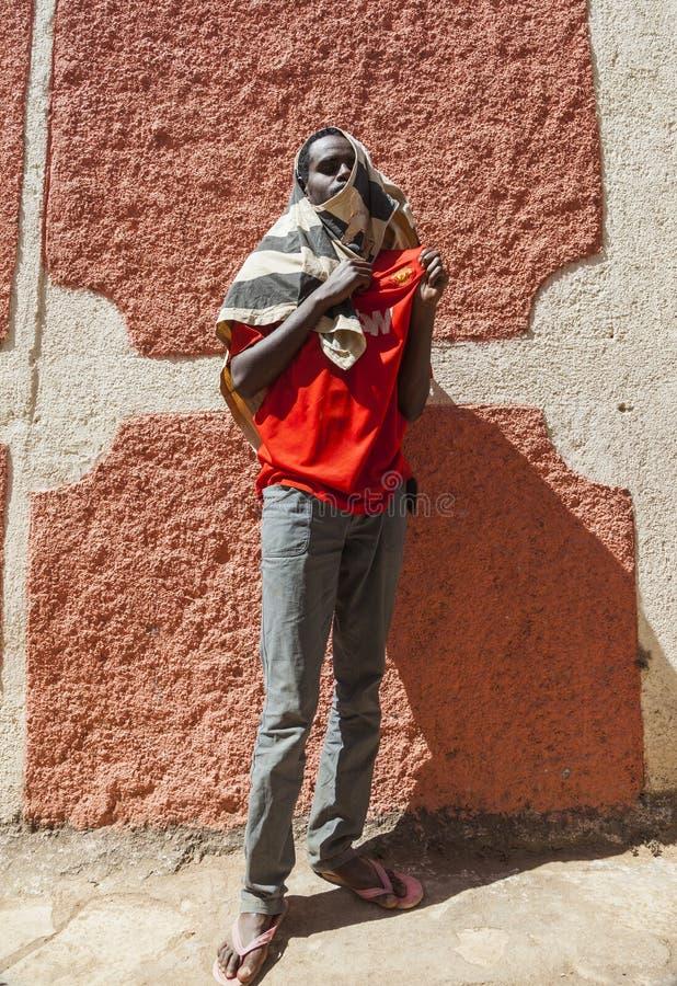 Jonge mens het stellen in stad van Jugol Harar ethiopië royalty-vrije stock foto's