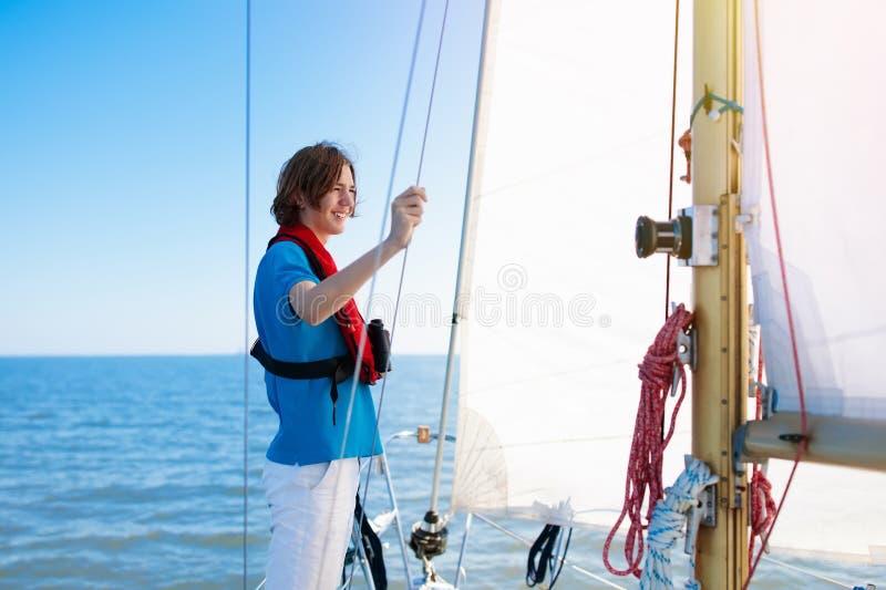 Jonge Mens het Varen Tienerjongen op overzeese zeilboot royalty-vrije stock foto