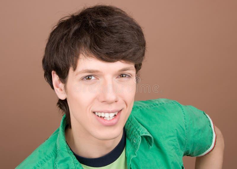 Jonge mens het vriendschappelijke glimlachen stock fotografie