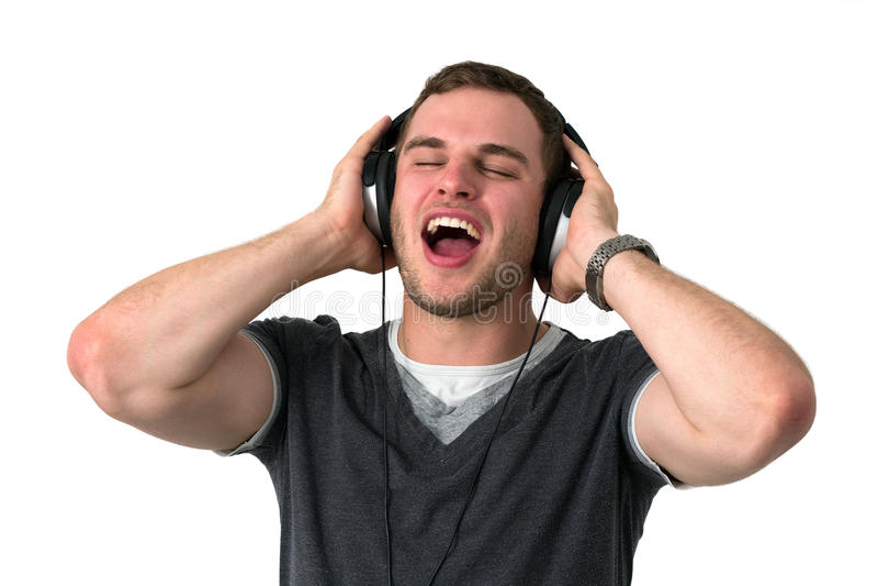 Jonge mens het Zingen met hoofdtelefoons op hoofd royalty-vrije stock fotografie