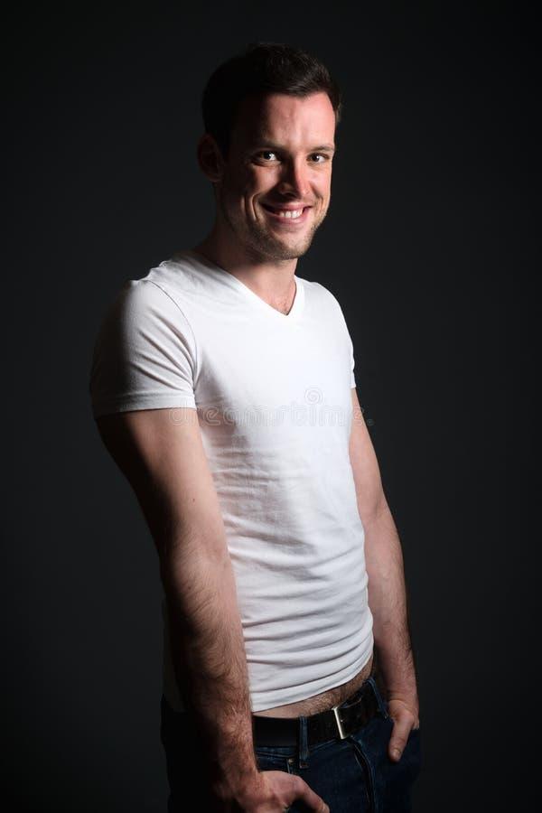 Jonge mens in jeans en wit overhemd stock afbeeldingen