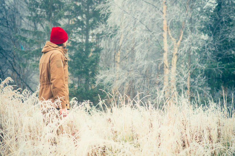 Jonge Mens lopen alleen openlucht met mistige Skandinavische bosaard op achtergrond stock foto's