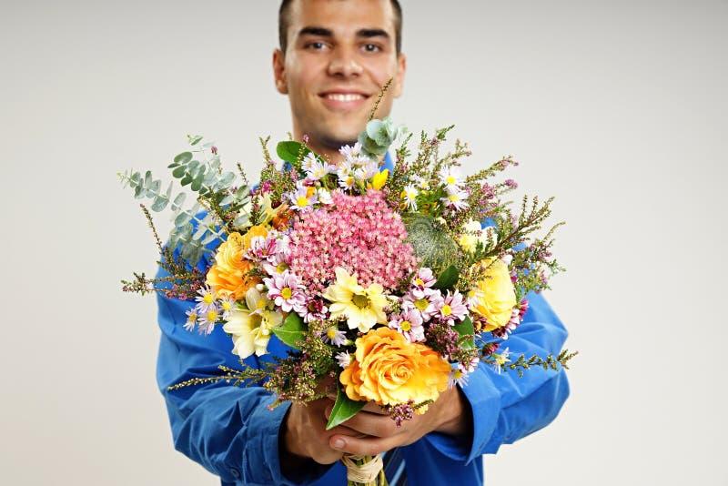 Jonge mens met bloemen stock afbeeldingen