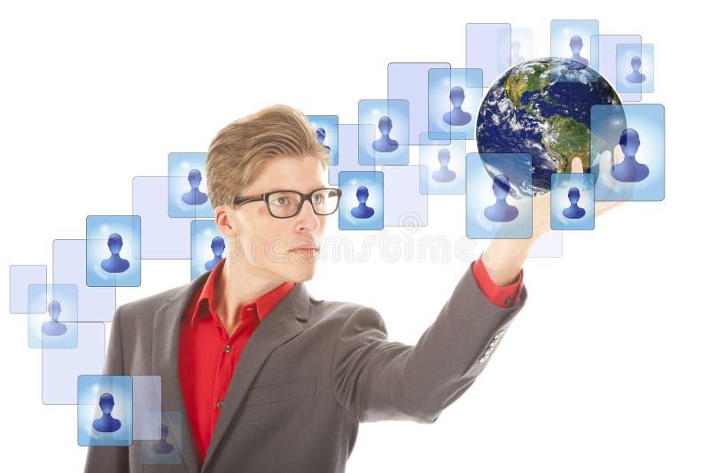 Jonge mens met bol en virtuele geïsoleerde vrienden royalty-vrije stock afbeelding