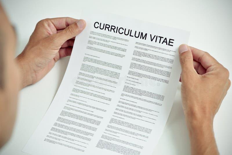 Jonge mens met een curriculum vitae stock afbeelding