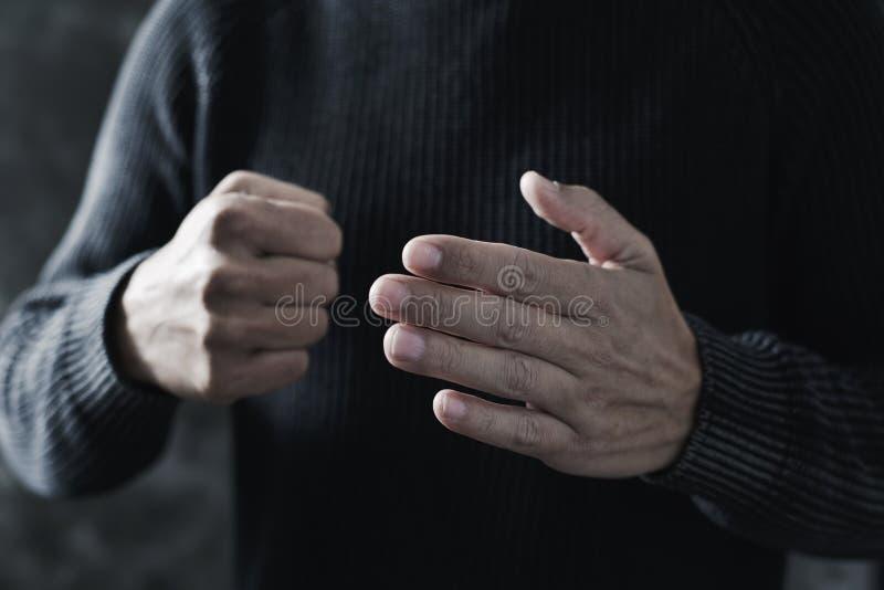 Jonge mens met een dreigend gebaar stock afbeeldingen