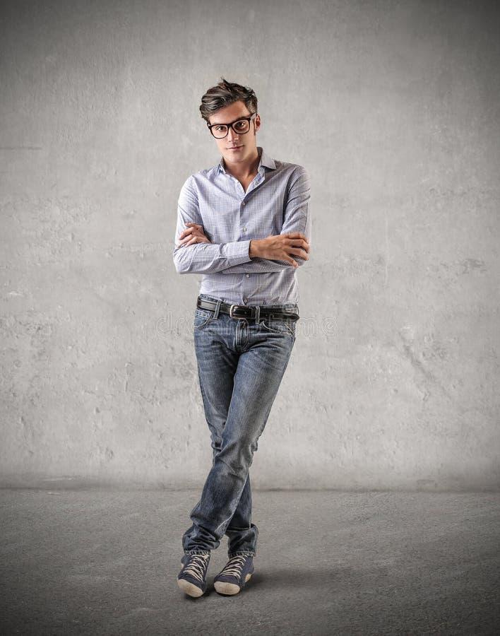 Jonge mens met een ernstige uitdrukking stock foto