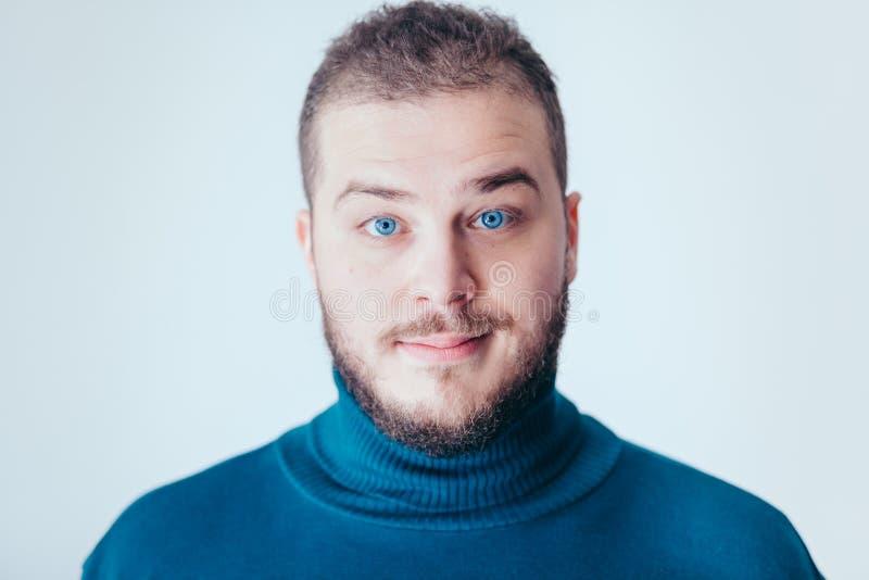 Jonge mens met een het benieuwd zijn gezicht stock fotografie