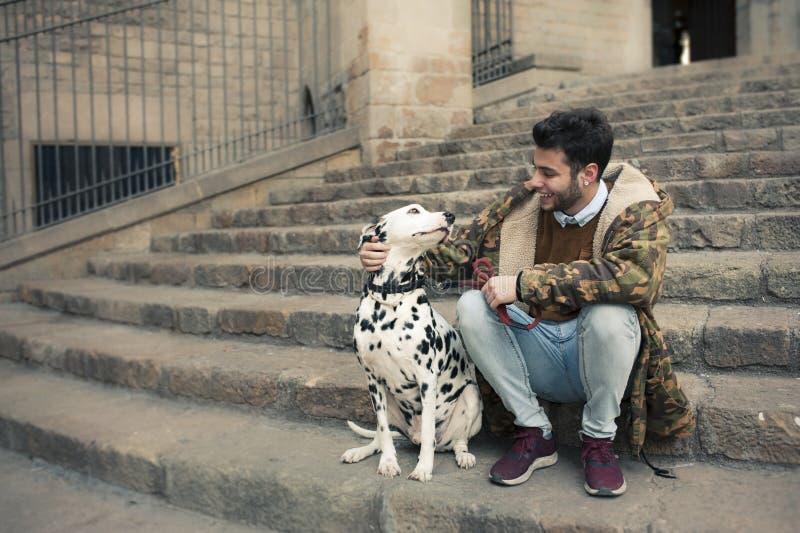 Jonge mens met een hond stock afbeelding