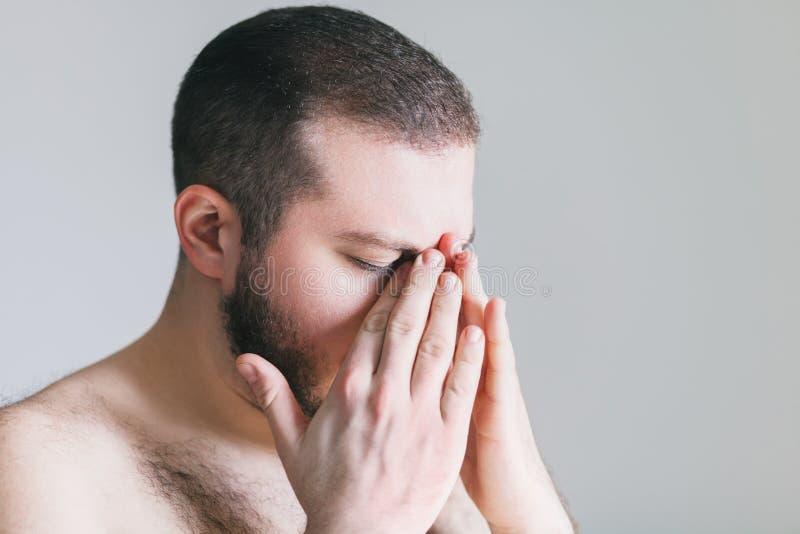 Jonge mens met een hoofdpijn royalty-vrije stock afbeelding