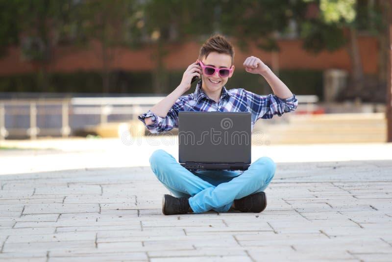 Jonge mens met een notitieboekje dat - succes glimlacht royalty-vrije stock afbeelding