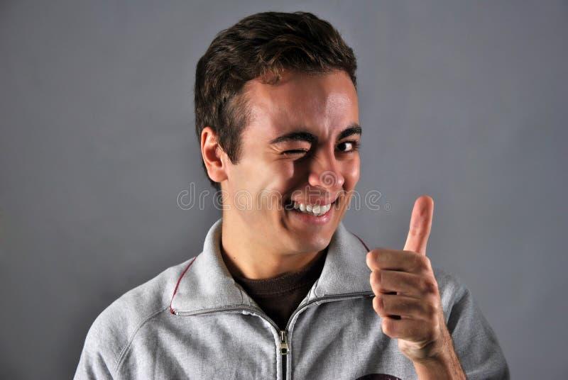Jonge mens met gelukkige uitdrukking stock fotografie