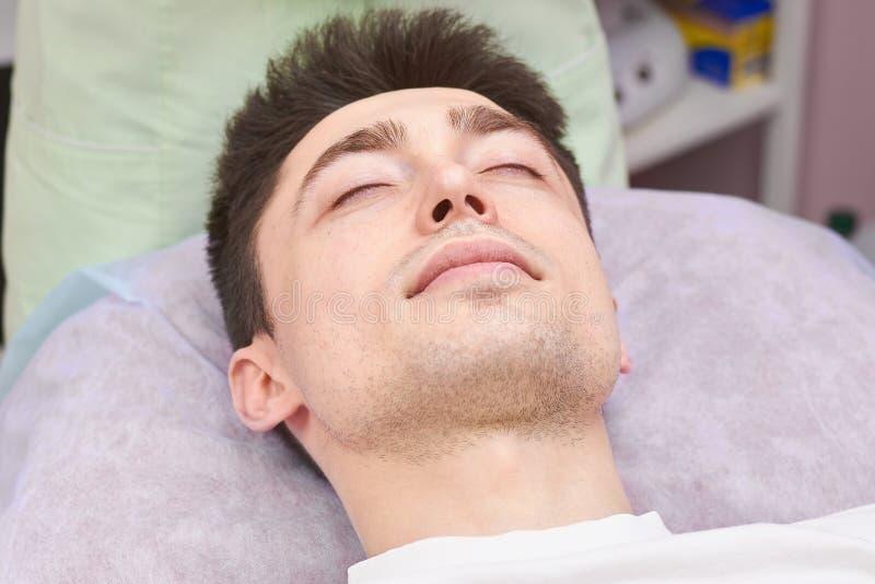 Jonge mens met gesloten ogen stock foto's