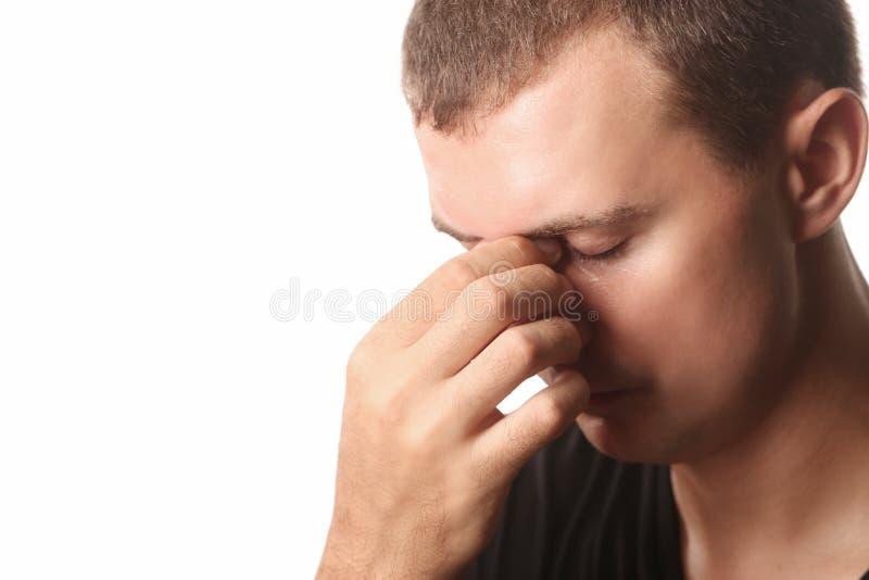 Jonge mens met hoofdpijn of sinuspijn royalty-vrije stock foto