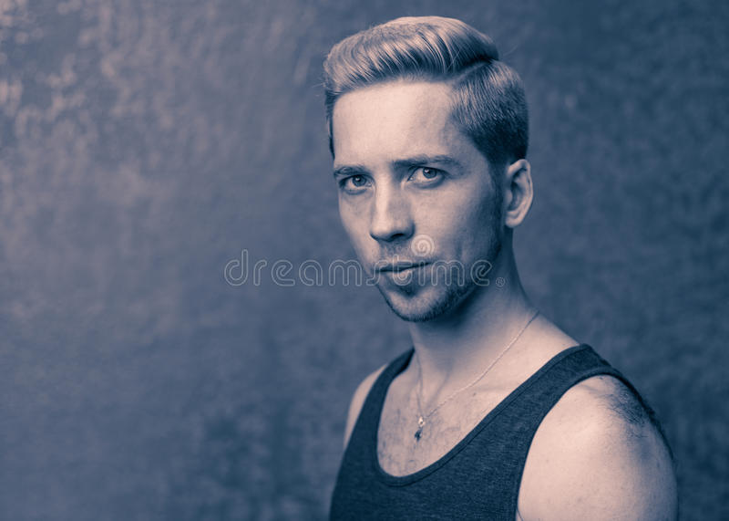 Jonge mens met kapsel stock fotografie