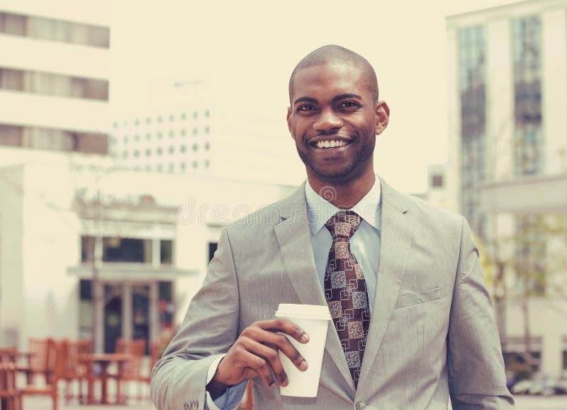 Jonge mens met koffiekop het glimlachen royalty-vrije stock foto's
