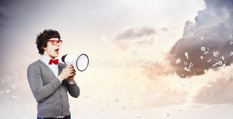 Jonge mens met megafoon stock fotografie