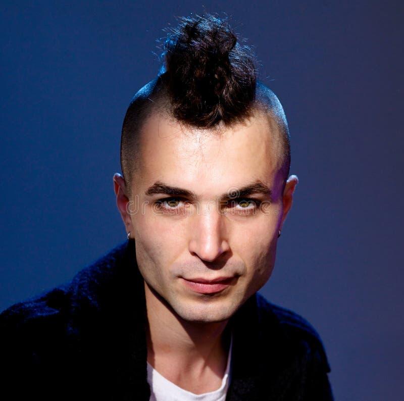 Jonge mens met moderne haarstijl stock fotografie
