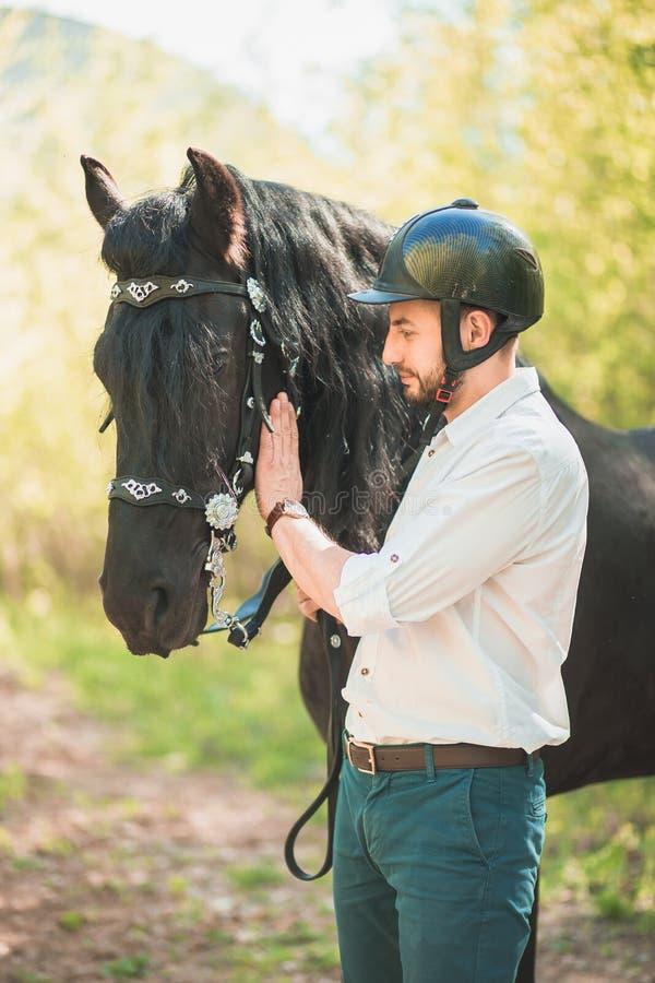 Jonge mens met paard De herfst in openlucht scène royalty-vrije stock fotografie