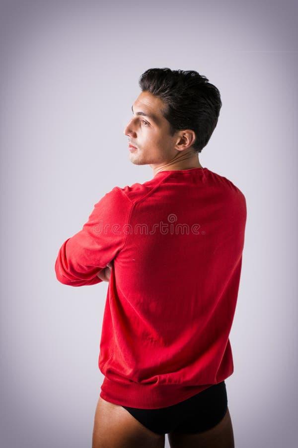 Jonge mens met rood wolsweater en ondergoed royalty-vrije stock foto's