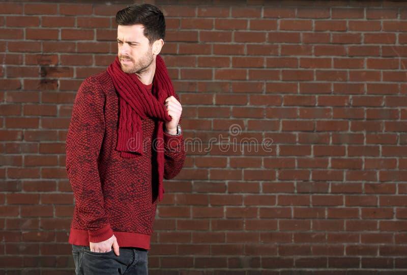 Jonge mens met sjaal in openlucht royalty-vrije stock fotografie