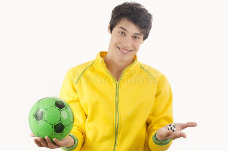 Jonge mens met twee voetbalballen stock fotografie