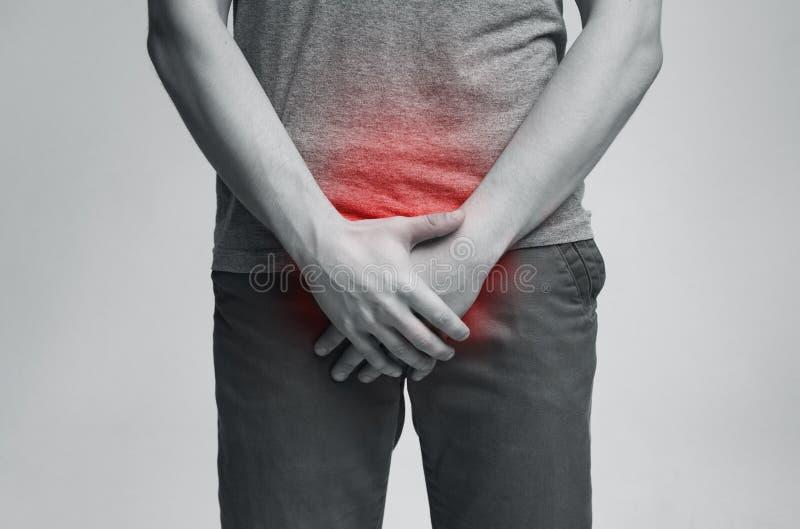 Jonge mens met urologische problemen die aan pijn lijden stock afbeeldingen