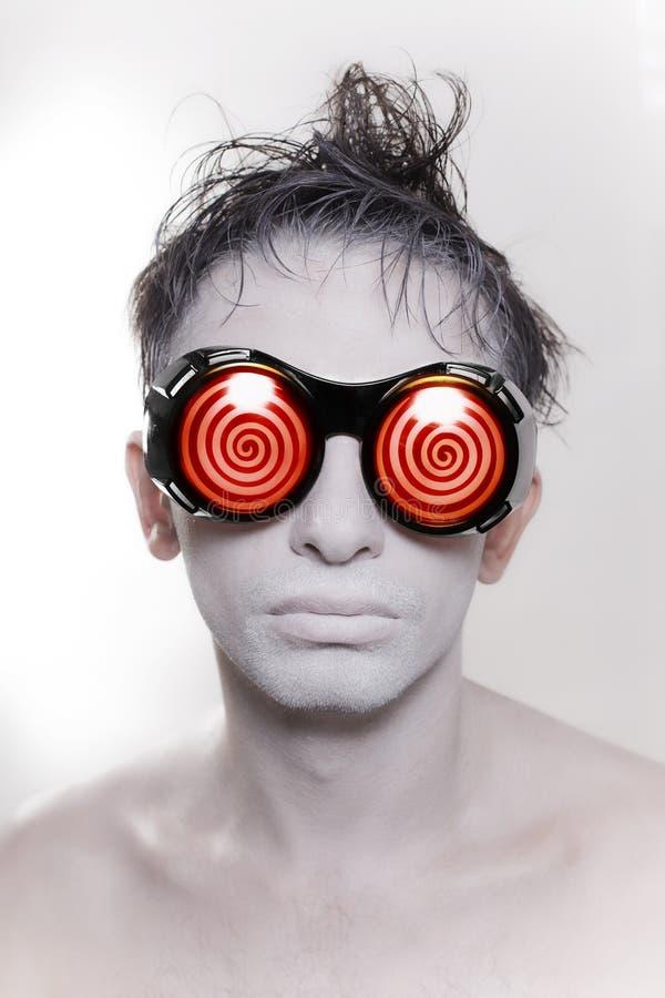 Jonge mens met witte huid in vreemde redglasses stock foto