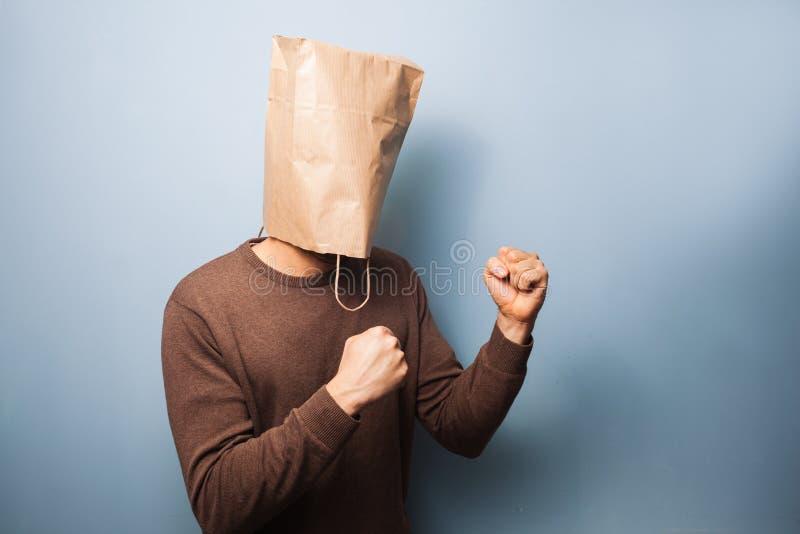 Jonge mens met zak over zijn hoofd in het bestrijden van houding royalty-vrije stock foto's