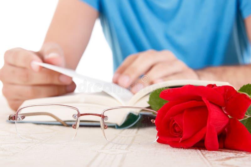 Jonge mens met zijn handen die open boek houden en p doorbladeren royalty-vrije stock afbeelding