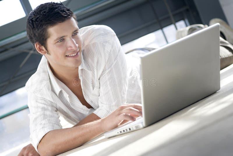 Jonge mens online winkelen stock afbeeldingen